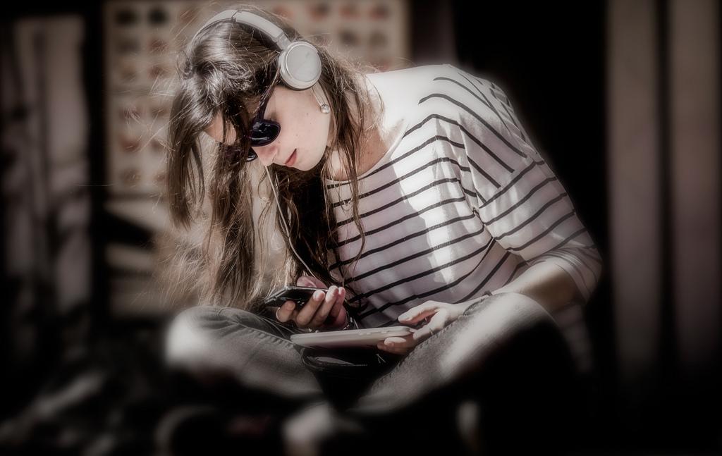 Die Ohrstöpsel machen das Smartphone auch nicht gesünder. Foto (C) Serge Seva / flickr
