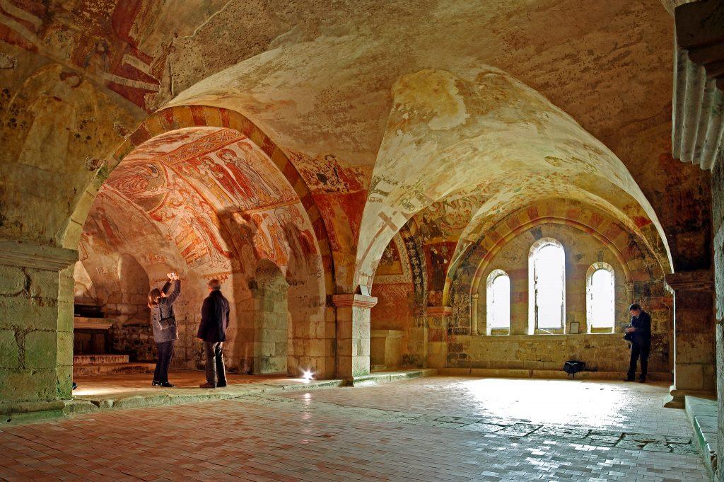 Unterhalb der Kirchen befinden sich oft wunderschöne, kraftvolle und heilsame Räume. Die abgebildete Krypta ist unter der Kathedrale von Notre Dame zu finden. Foto (C) Daniel Jolivet, flickr CC BY 2.0