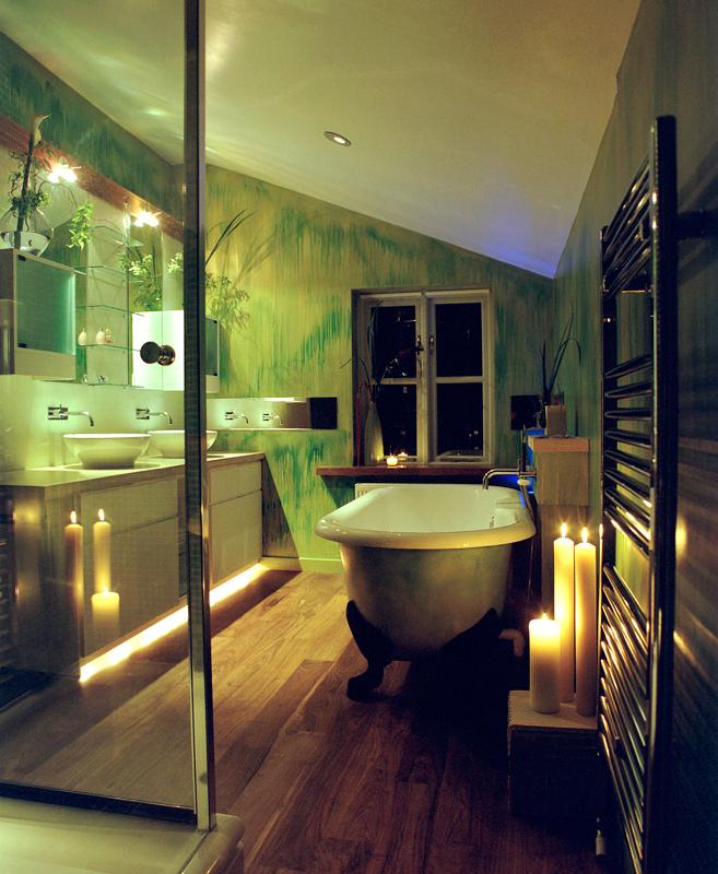 Je nach Tageszeit unterschiedliche Lichtstimmungen im Badezimmer verwenden.