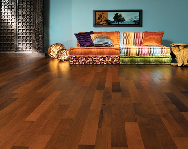 Multi-Color-Sofa auf Breza Bali Coco Hartholz-Fußboden. Nicht Ihr Wohnstil? Kein Problem, wir haben jede Menge andere stilistische Anregungen für Sie.