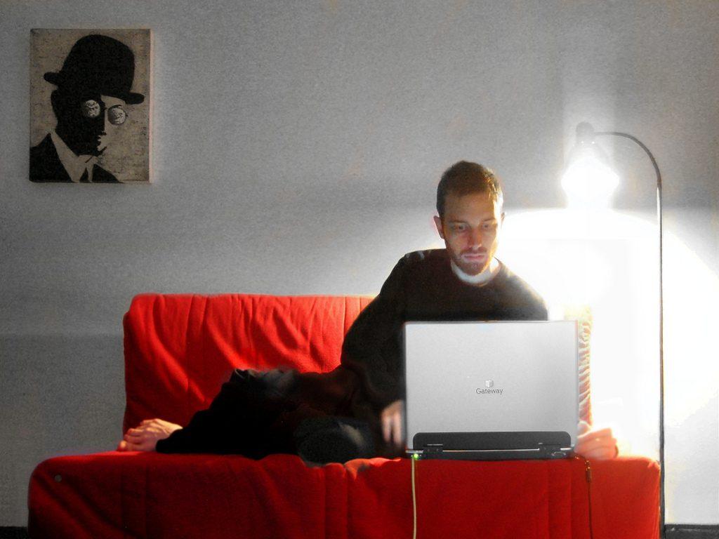 Dieses Sofa ist zugleich Bett und Arbeitsplatz, Foto (V) hobvias sudoneighm / flickr CC BY 2.0
