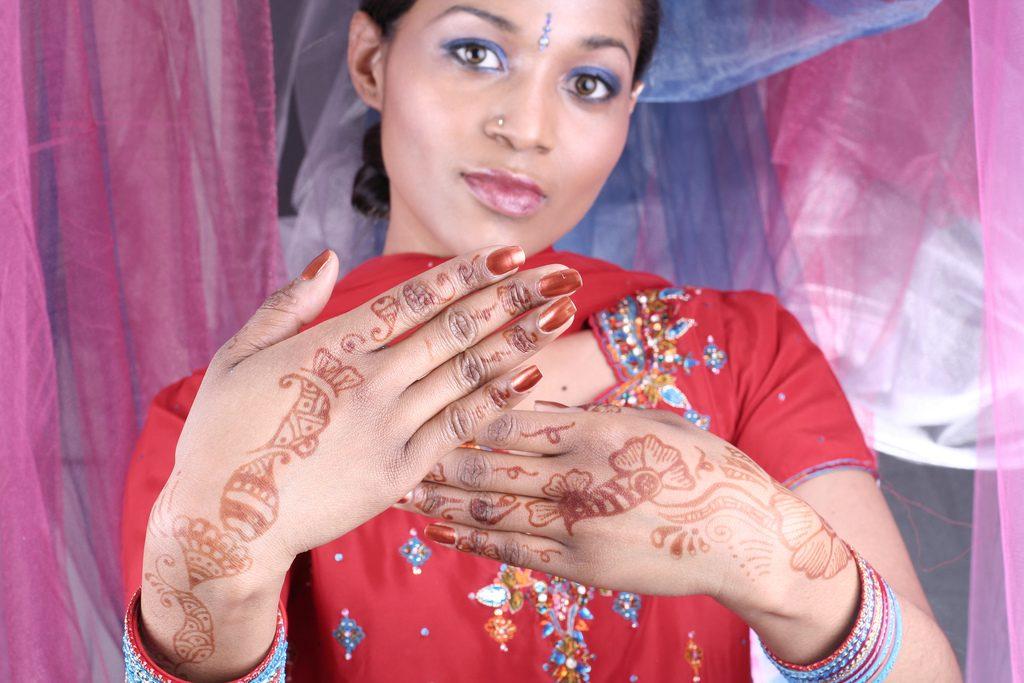Indische Bemalungen mit Henna sind völlig harmlos, aber nicht für den Alltag gedacht. Foto (C) Bhakti Henna / Flickr CC BY 2.0