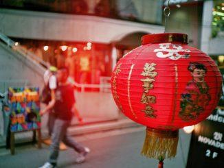 Das Glück lauert überall! Hier in Form eines chinesischen Lampions. Foto (C) Christian H. / flickr CC BY 2.0