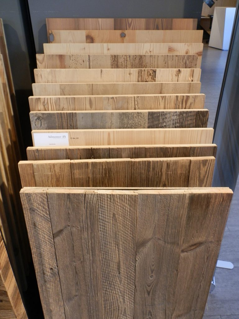 Verschiedene Altholz-Muster, gesehen bei einem Holzhändler in Graz. Foto (C) Irmgard Brottrager