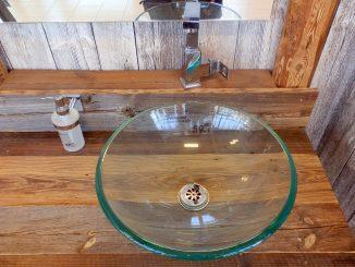 Waschtisch aus Altholz, gesehen in einem Baumarkt in Graz.. Foto (C) Irmgard Brottrager