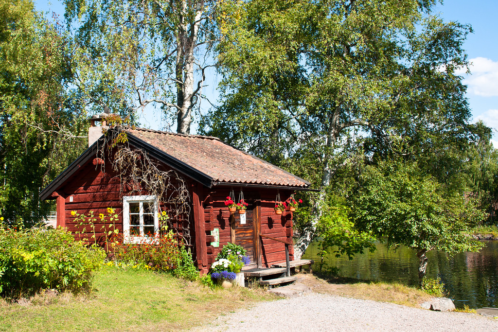 Ein Traum: Ein Häuschen am See, mitten in der Natur. In Schweden keine Seltenheit. Doch auch hierzulande könnt ihr euch skandinavisches Wohngefühl in eure vier Wände zaubern.