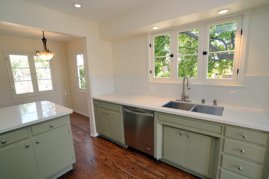 Ruhig gestaltete Altbau-Küche mit viel Weiß. Foto (C) Kendyl Young / flickr CC BY 2.0