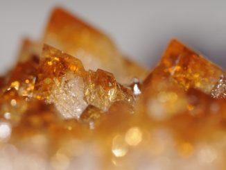 Rotgelbe Kristalle, vermutlich Zirkon. Foto (C9 Thomas Bresson / flickr CC BY 2.0