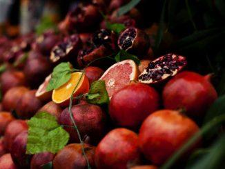 Der rote Saft von Granatäpfeln ist sehr hartnäckig und daher gut zum Färben geeignet. Foto (C) Lina Licht Mayer / flickr CC BY 2.0