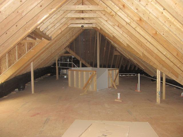 Niedriger Dachboden vor dem Ausbau, Foto (C) Jesus Rodriguez / flickr CC BY 2.0