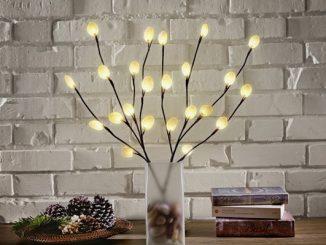 """Diese dekorative LED-Leuchte macht nicht nur zu Weihnachten was her, sondern geht auch zu Ostern als """"Palmzweig"""" durch. Foto (C) toom.de"""