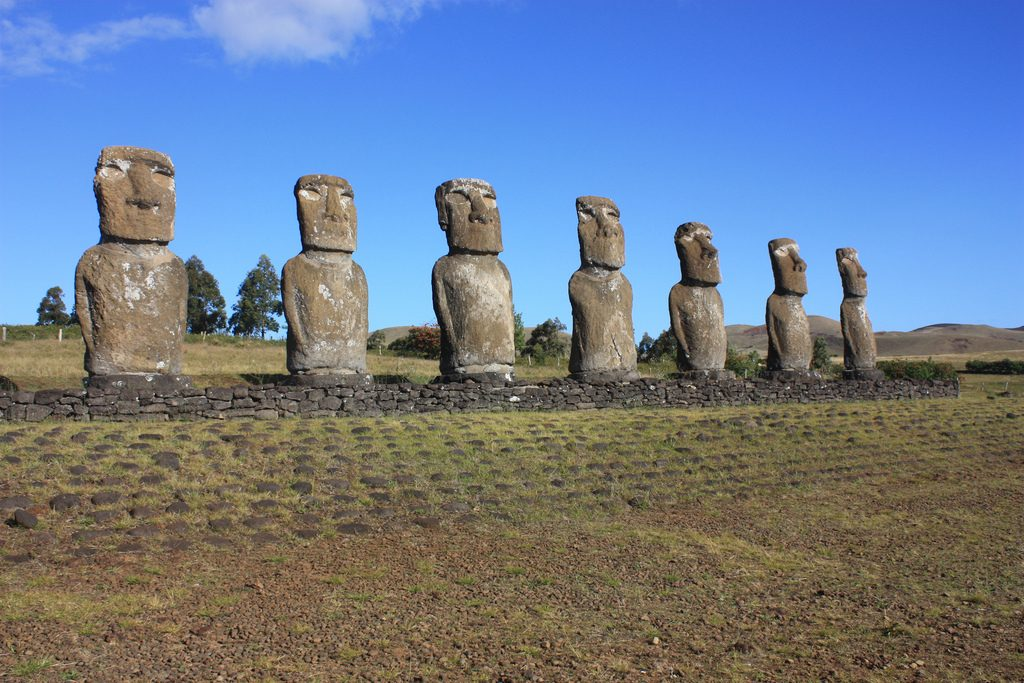 Wie auch immer diese Skulpturen auf den Osterinseln entstanden sind: Individualität war nicht groß geschrieben. Foto (C) Arian Zwegers / flickr CC BY 2.0