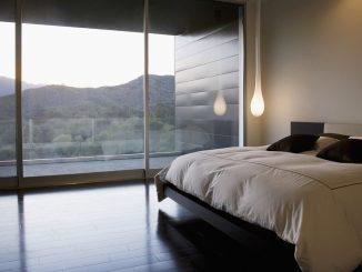 Aufgeräumtes Schlafzimmer: clean, aber nicht kuschelig. Foto (C) Tom Merton / flickr CC BY 2.0