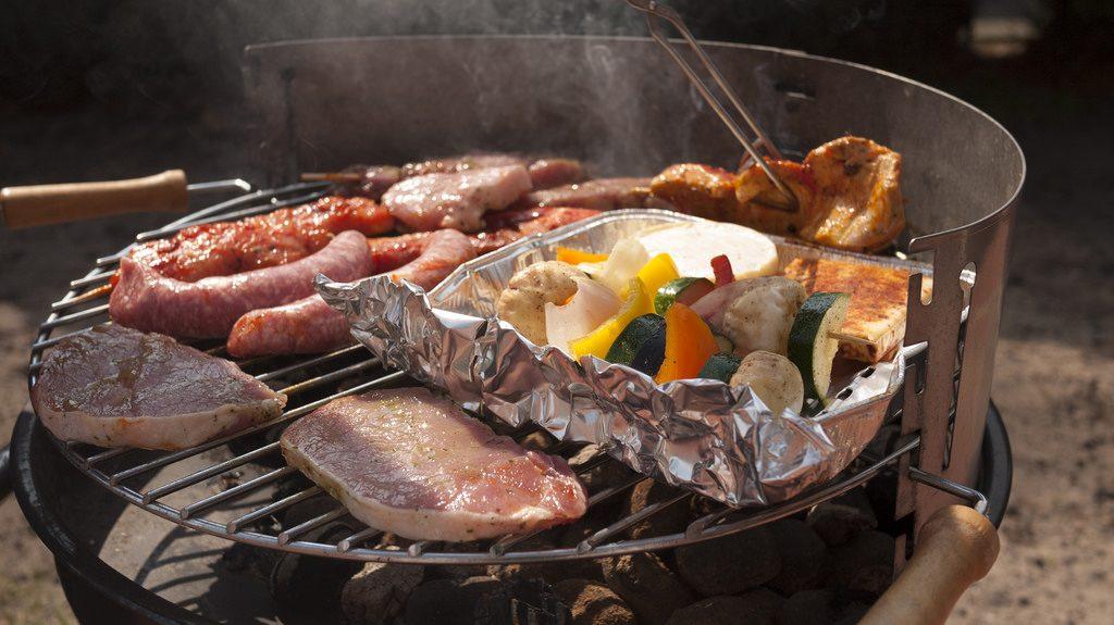 Fleisch und Gemüse auf dem Grill.