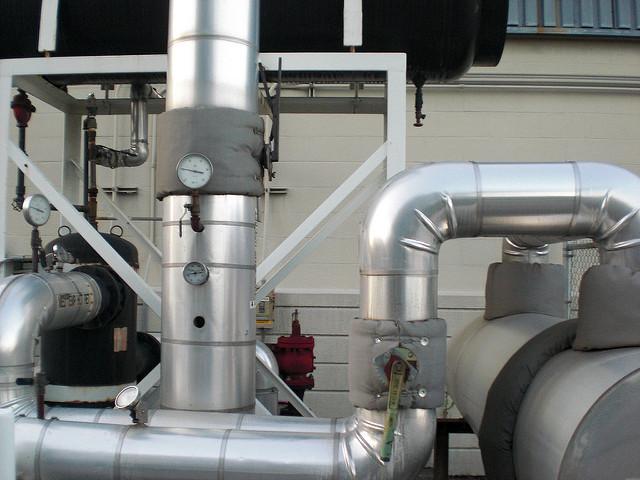Industrieanlage mit Alu-Rohren, Foto (C) dominik18s / flickr CC BY 2.0