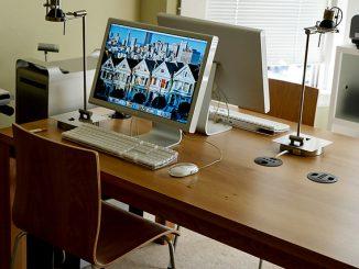 An diesem Schreibtisch gibt es einiges zu bemängeln: den harten Stuhl, die kalten und scharfkantigen Halogenlampen, die mangelnde Aussicht und die fehlende Gemütlichkeit. Außerdem ist der Platz viel zu klein für kreatives Arbeiten und bietet keine Privatsphäre. Foto (C) blupics / flickr CC BY 2.0