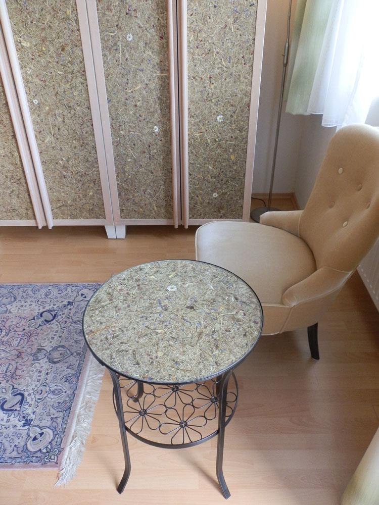 Ikea- Tischchen mit Heublumen unter Glas, Foto (C) Irmgard Brottrager