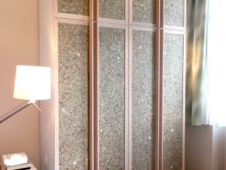 Ikea- Kleiderschrank mit Tapeten-Türen, Foto (C) Irmgard Brottrager