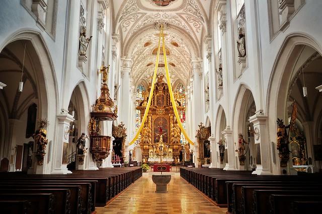 Kirchenräume können erhebend wirken. Jedoch auf wen? Für die Besucher oder auf  den Priester und Ministranten? Foto: Stefan Jurcă / flickr CC Y 2.0