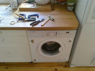 In Küchen findet man gleich mehrere Wasserquellen, die Schäden verursachen können: Spülbecken, Geschirrspüler, Waschmaschinen, Wasserkocher, Kühlschränke und Gefrierschränke. Foto: Mark Hillary / flickr CC BY 2.0