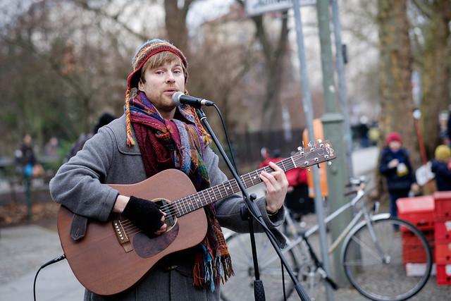 Einsamer Straßenmusiker, Foto: abbilder / flickr CC BY 2.0