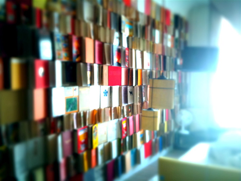 Bunte Bücherwand in einer Suite im Michelberger Hotel in Berlin, Foto: David Barrie / flickr CC  BY 2.0