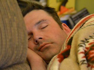 Schlafen in heller und chaotischer Umgebung ist nicht gesund. Foto: Tony Alter / flilckr CC BY 2.0