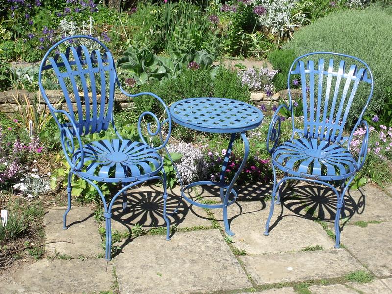 Hübsch, aber grausam: Gartenstühle aus Eisen. Foto: Elliott Brown / flickr CC BY 2.0