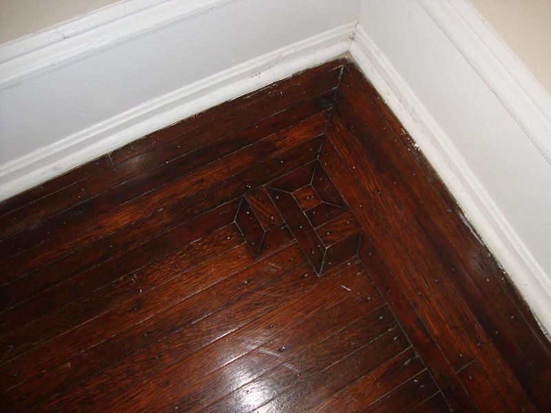 Alter, dunkler Hartholz-Boden mit breiter, weißer Randleiste, die mit den Türstöcken korrespondiert. Foto: PhillyRealityServices / flickr CC BY 2.0