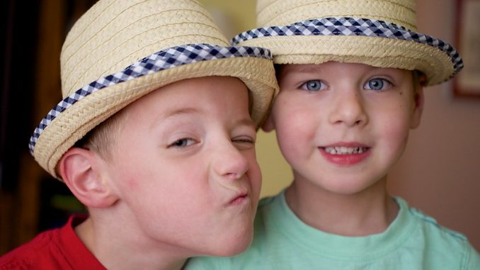 Strohhüte schützen vor Sonne, bremsen aber den Bewegungsdrang. Foto: Austin Kirk / flickr CC BY 2.0